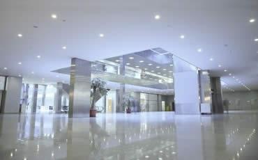 Pisos para centros comerciales antiderrapantes impernet for Centro comercial aki piscinas precio